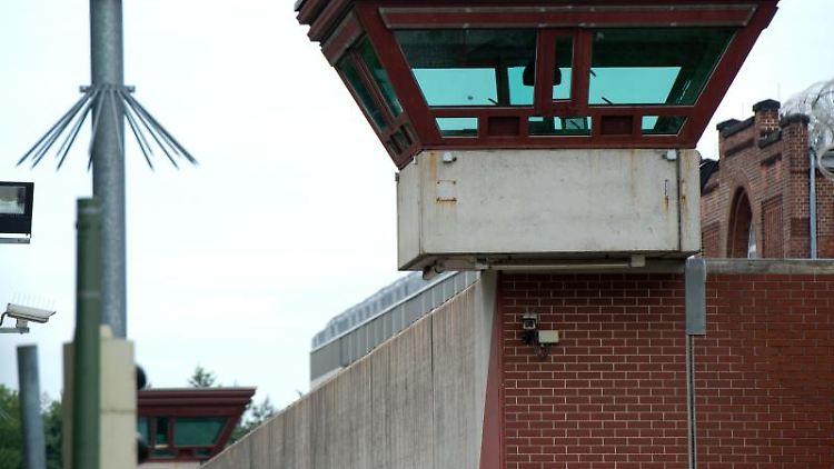 Ein Wachturm überragt die Außenmauer der JVA Tegel. Foto: Maurizio Gambarini/dpa