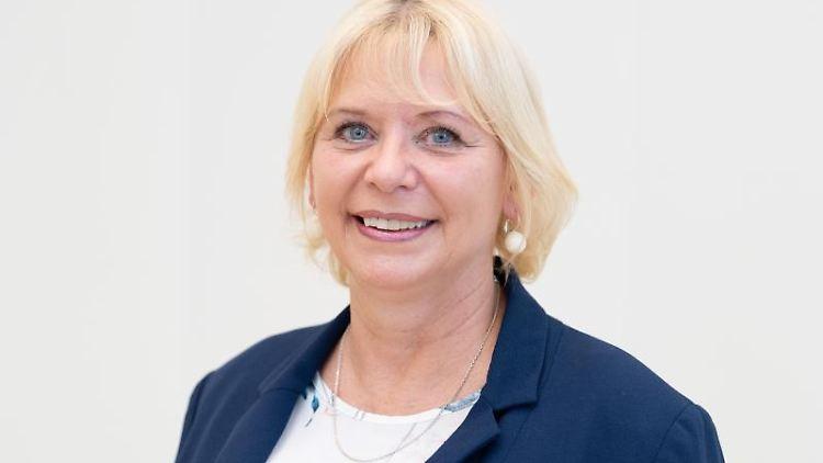 Ulrike Liedtke (SPD), brandenburgische Landtags-Präsidentin, lächelt in die Kamera. Foto: Soeren Stache/zb/dpa
