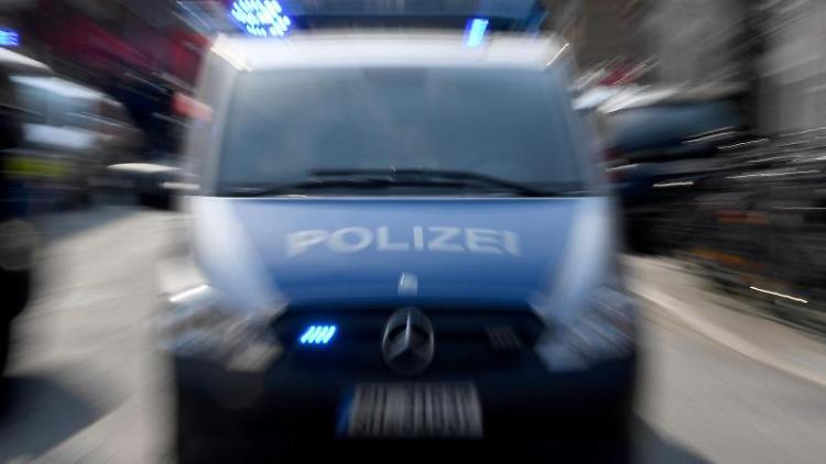 Ein Polizeiwagen mit eingeschaltetem Blauchlicht. Foto: Carsten Rehder/dpa/Archivbild