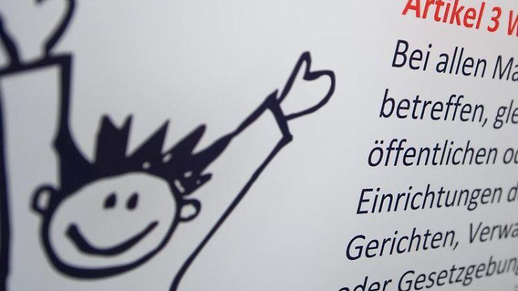 Ein Plakat mit dem Artikel 3 der UN-Kinderrechtskonvention hängt in einer Klinik. Foto: Philipp Schulze/dpa