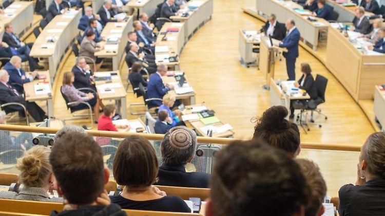 Ein Mann mit Kippa verfolgt von der Zuschauertribühne des Landtages Sachsen-Anhalt eine Rede. Foto: Klaus-Dietmar Gabbert/dpa/Archivbild