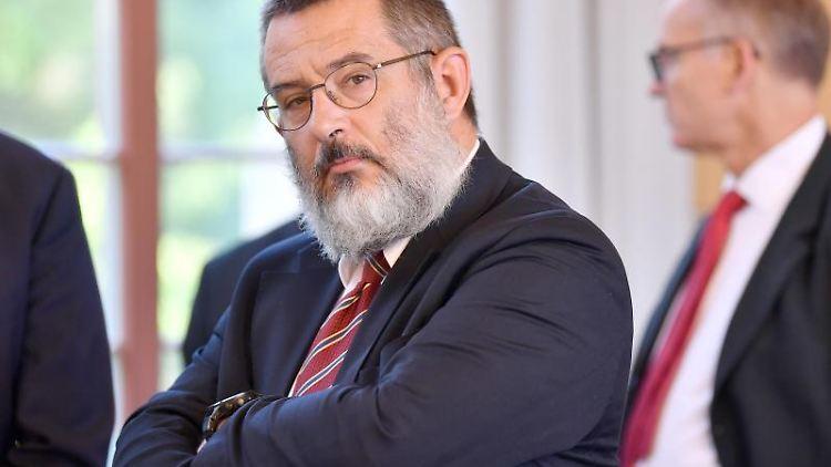 Stephan Kramer wartet auf den Beginn der Verhandlung im September im Thüringer Verfassungsgerichtshof. Foto: Martin Schutt/zb/dpa