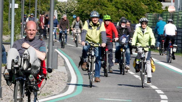 Fahrradfahrer testen bei der Eröffnung ein weiteres Teilstück des Radschnellwegs Ruhr (RS 1). Foto: Roland Weihrauch/dpa