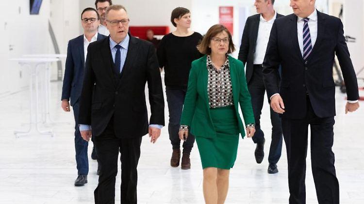 Dietmar Woidke (r), Michael Stübgen (l) und Ursula Nonnemacher (M) kommen zur Unterzeichnung des Koalitionsvertrages. Foto: Soeren Stache/dpa-Zentralbild/dpa