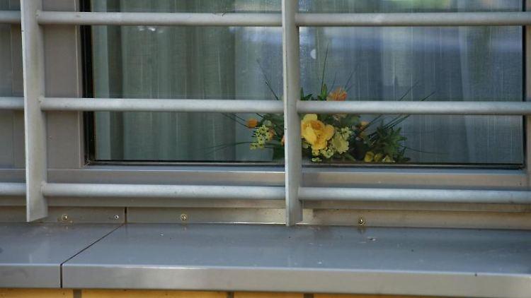 Ein Vergittertes Fenster des Maßregelvollzugs des Landeskrankenhauses Bernburg. Foto: dpa