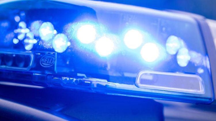 Auf einemFahrzeug der Polizei leuchtet das Blaulicht. Foto: Lino Mirgeler/dpa/Symbolbild