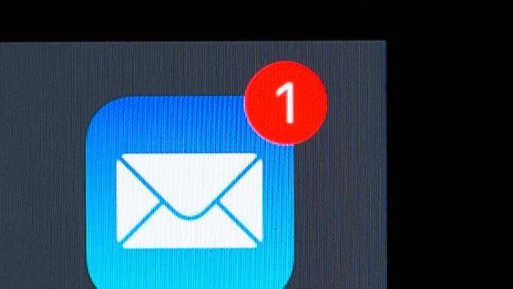 Eine E-Mail-App ist auf dem Bildschirm eines iPhones zu sehen. Foto: Silas Stein/dpa/Archivbild
