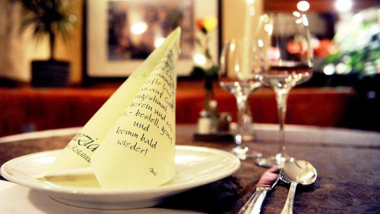 Ein gedeckter Tisch in einem Restaurant. Foto: Daniel Reinhardt/dpa/Symbolbild