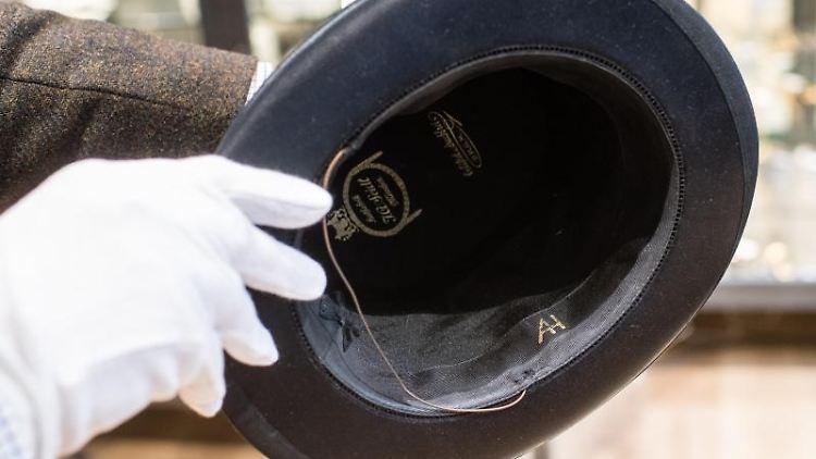 Ein Faltzylinder mit den Initialien von Adolf Hitler. Foto: Matthias Balk/dpa