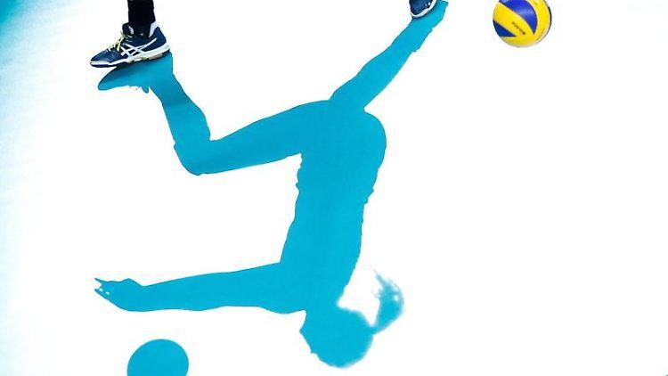 Eine Volleyball-Spielerin in Aktion. Foto: Laurent Dubrule/epa/dpa/Symbolbild