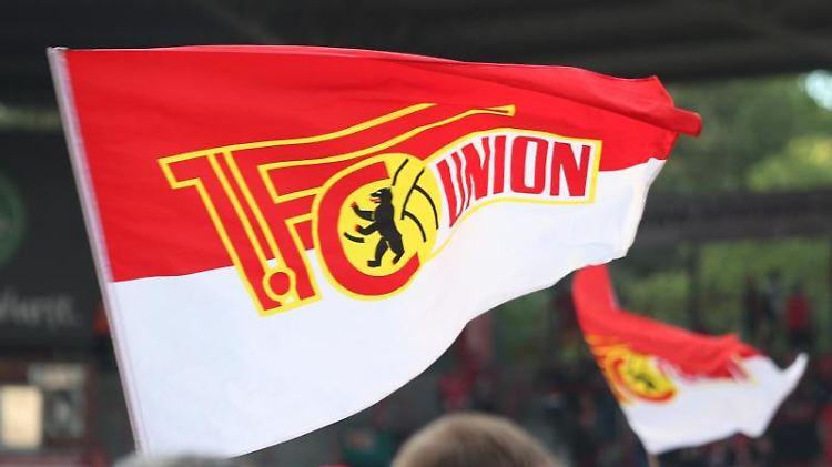 Eine Fahne mit dem Logo des 1. FC Union Berlin. Foto: Andreas Gora/dpa/Archivbild