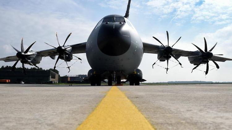 Der Militärtransporter A400M steht auf einem Militärflugplatz. Foto: Holger Hollemann/dpa/Archivbild