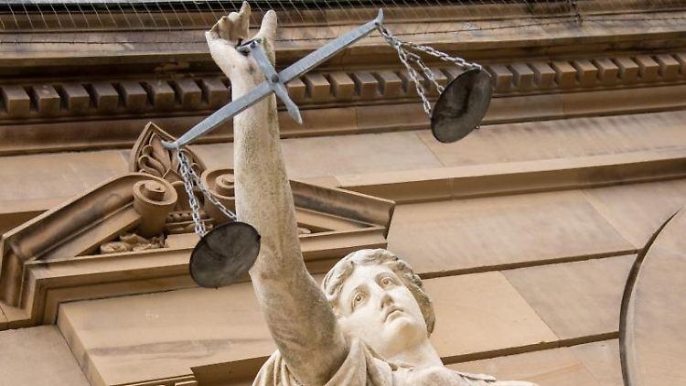 Eine Statue der Justita hält eine Waage in der Hand. Foto: Stefan Puchner/dpa/Archivbild