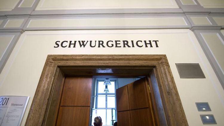 Justizmitarbeiter stehen im Landgericht in Hagen vor der Tür des Verhandlungssaals. Foto: Bernd Thissen/dpa