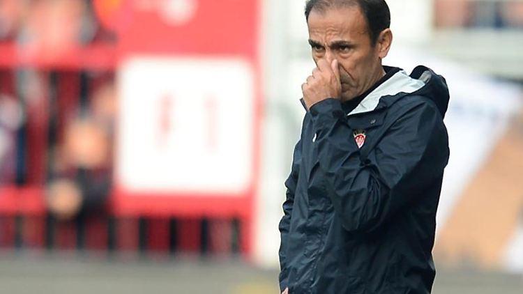 St.Paulis Trainer Jos Luhukay während des Spiels. Foto: Daniel Bockwoldt/dpa