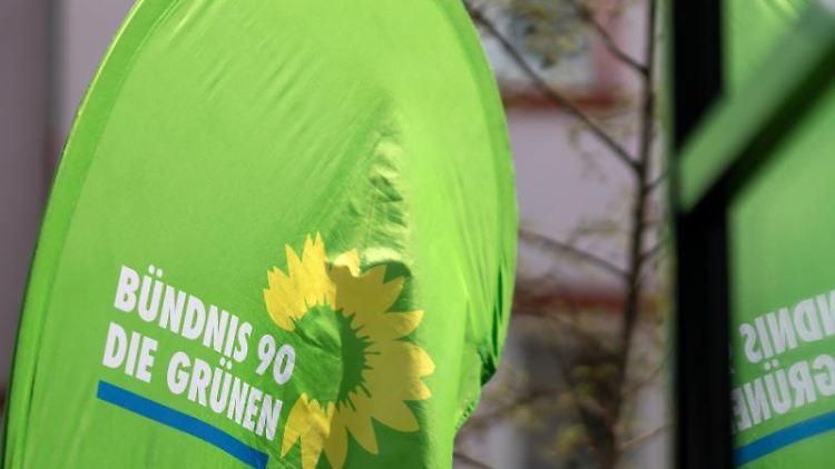 Eine Fahne der Grünen Thüringen weht im Wind. Foto: Michael Reichel/zb/dpa/Archivbild
