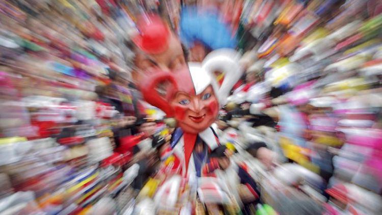 Die Schwellköpp des Mainzer Carneval Vereins (MCV) ziehen durch die feiernde Menge. Foto: Fredrik von Erichsen/dpa/Archivbild