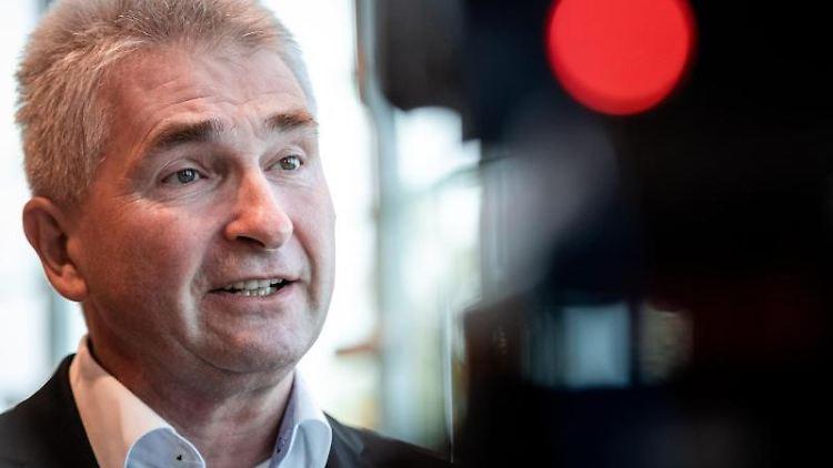 Andreas Pinkwart (FDP) gibt ein Interview. Foto: Fabian Strauch/dpa