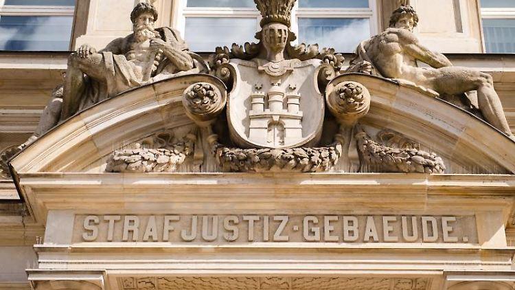 Der Eingang des Strafjustizgebäudes in Hamburg. Foto: Daniel Bockwoldt/dpa/Archivbild