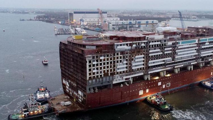 Am Standort Warnemünde der MV Werften wird das Mittschiff der