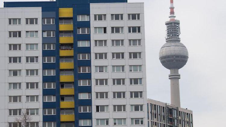 Wohnungen in Sichtweite des Fernsehturms. Foto: Jörg Carstensen/dpa/Archivbild