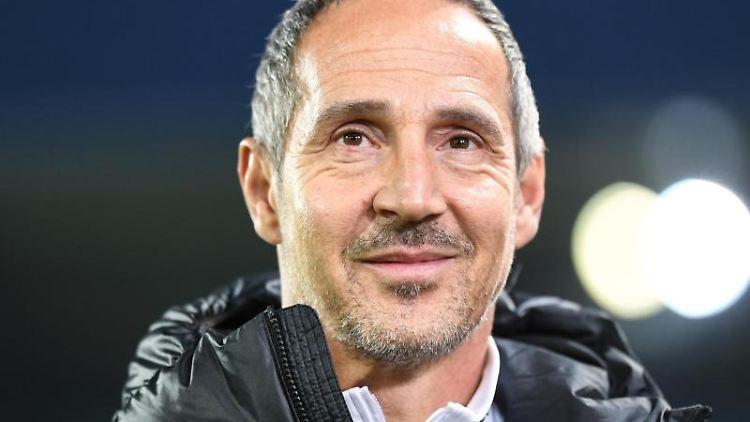 Trainer Adi Hütter von Frankfurt gibt vor dem Spiel ein Interview. Foto: Patrick Seeger/dpa