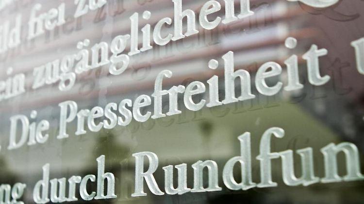 Ein Ausschnitt vom 5. Artikel des Grundgesetzes, der sich auch mit der Pressefreiheit befasst. Foto: Florian Kleinschmidt/dpa