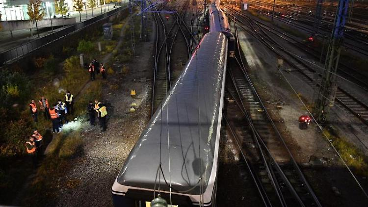 Ein entgleister Zug steht am Bahnhof Hackerbrücke auf den Gleisen. Foto: Lino Mirgeler/dpa