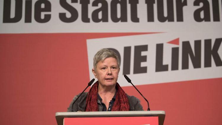 Katina Schubert, Landesvorsitzende der Linken in Berlin, spricht beim Parteitag in Adlershof. Foto: Jörg Carstensen/dpa