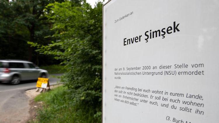 Eine Gedenktafel an den vom NSU ermordeten Enver Simsek steht am Tatort. Foto: Daniel Karmann/Archiv