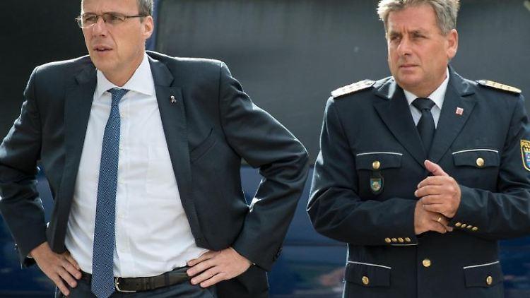 Hessens Innenminister Peter Beuth (CDU, l.) und Landespolizeipräsident Udo Münch. Foto: Boris Roessler/dpa/Archivbild