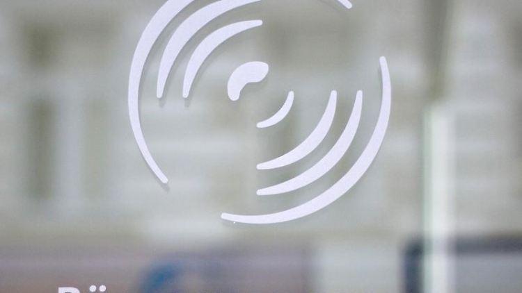 Der Schriftzug und das Logo der Bürgschaftsbank Sachsen-Anhalt GmbH. Foto: Jens Wolf/zb/dpa/Archivbild