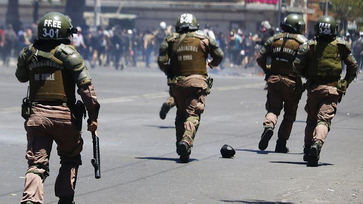 Mehr als 200 Demonstranten erlitten Augenverletzungen durch Gummigeschosse und Schrotkugeln der Polizei.