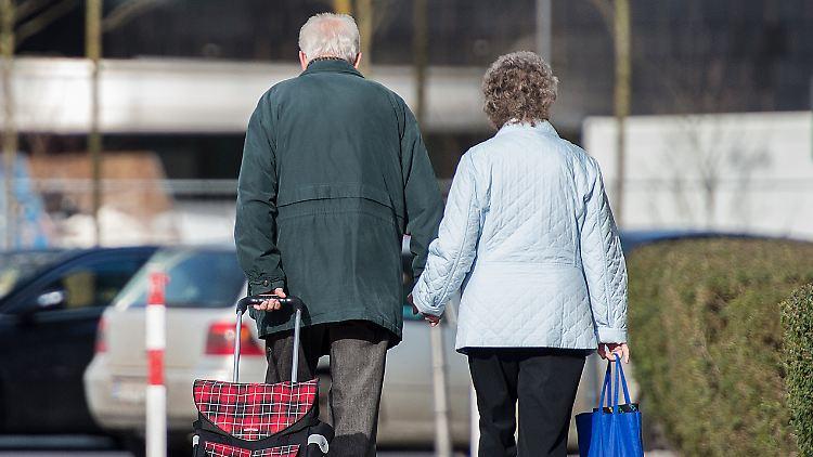 Zukünftige Rentenansprüche von Frauen bleiben voraussichtlich weiterhin hinter denen von Männern zurück.
