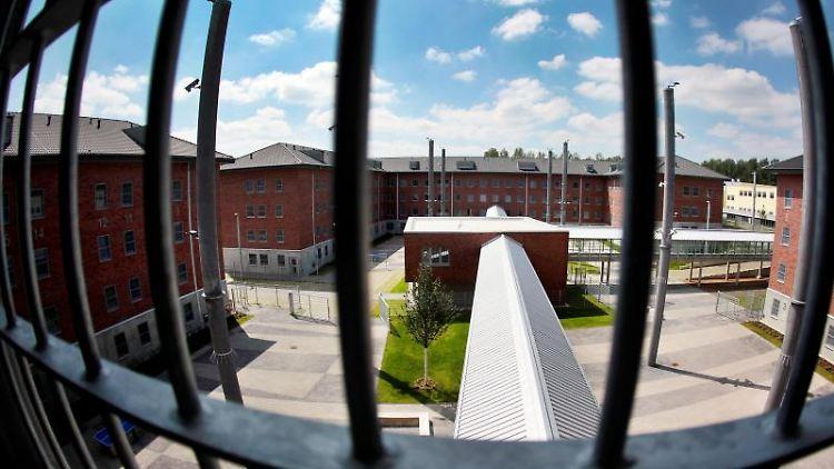 Blick aus einer Zelle in der Justizvollzugsanstalt Wuppertal-Ronsdorf. Foto: Oliver Berg/dpa/Archivbild