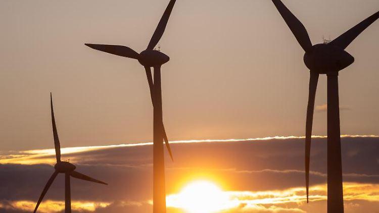 Die Sonne geht hinter Windkraftanlagen unter. Foto: Klaus-Dietmar Gabbert/zb/dpa/Archivbild