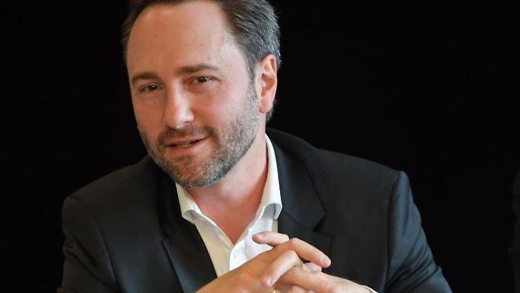 Alexander Merzyn, neuer Generalmusikdirektor am Staatstheater Cottbus, auf einer Pressekonferenz. Foto: Patrick Pleul/zb/dpa