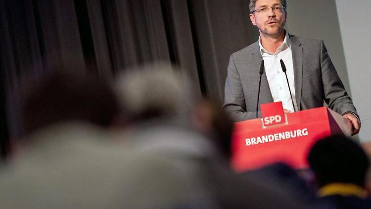 Mike Schubert (SPD), Bürgermeister von Potsdam, hält eine Rede. Foto: Monika Skolimowska/zb/dpa