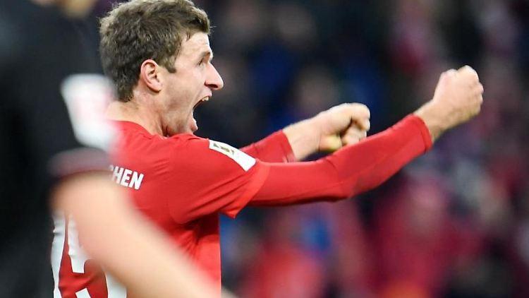 Thomas Müller von Bayern München jubelt über einen Treffer. Foto: Tobias Hase/dpa