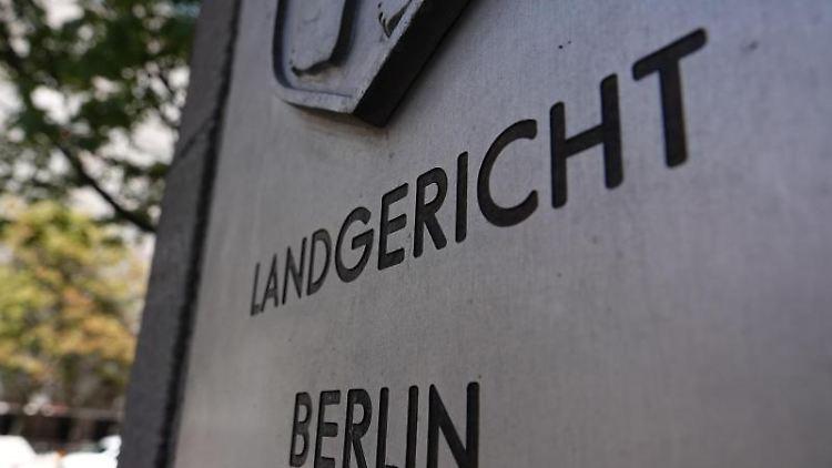 Der Eingang des Landgerichts Berlin mit dem Schriftzug des Gerichts und dem Berliner Wappen. Foto: Taylan Gökalp/dpa/Archivbild