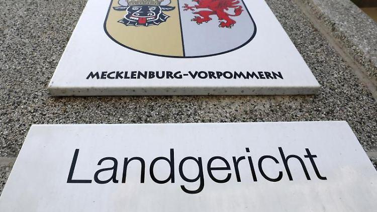 Das Schild am Landgericht Rostock. Foto: Bernd Wüstneck/zb/dpa/Archivbild
