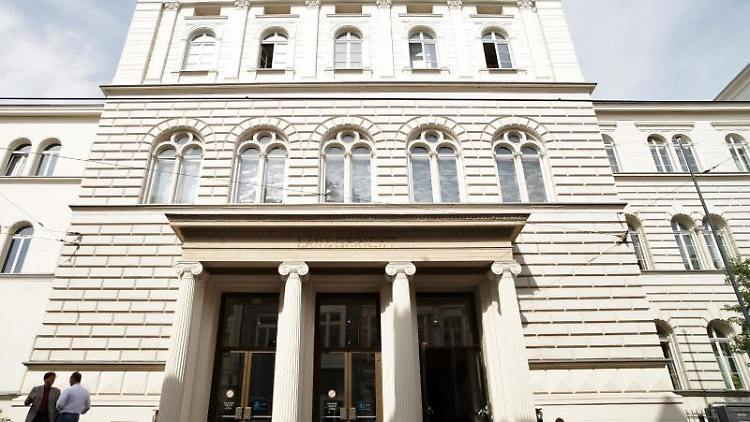 Der Eingang des Landgerichtes. Foto: Daniel Naupold/dpa
