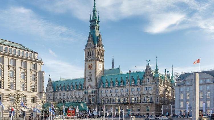 Blick auf das Rathaus Hamburg. Foto: Markus Scholz/dpa