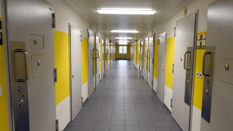 Der Flur mit Haftzellen in einer Justizvollzugsanstalt (JVA). Foto: Harald Tittel/dpa/Archivbild