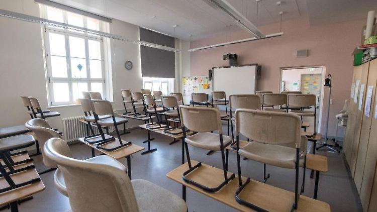 Ein leeres Klassenzimmer in einer Grundschule. Foto: Fabian Sommer/dpa/Archivbild