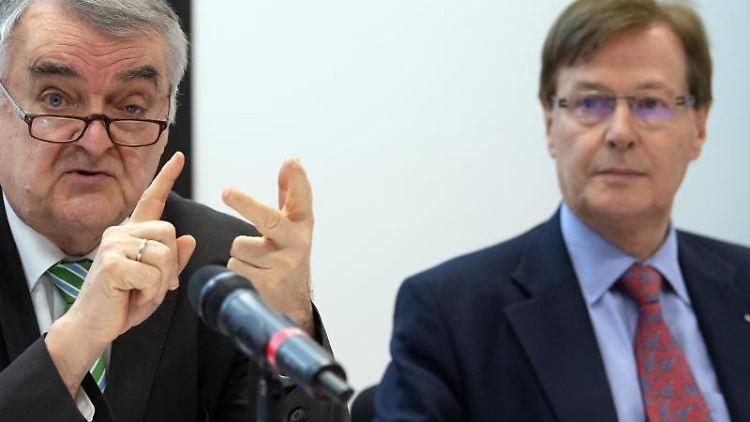 Peter Biesenbach (CDU, r), Justizminister von NRW und Innenminister Herbert Reul (CDU). Foto: Federico Gambarini/dpa/Archivbild