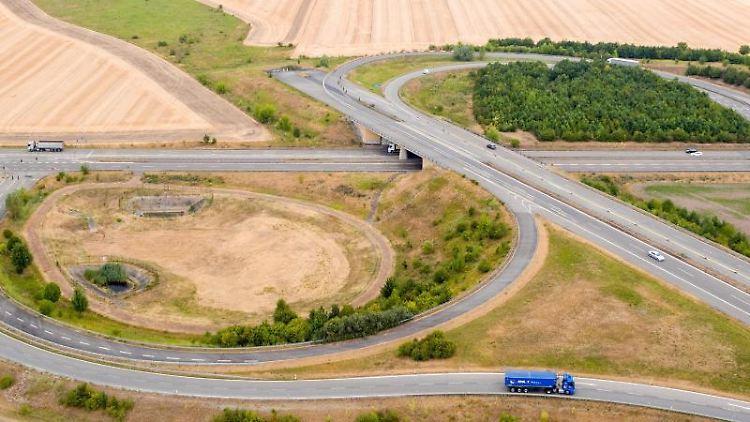 Die Westumfahrung von Halle, die Autobahn 143, endet in einem Feld. Foto: Jan Woitas/zb/dpa/Archivbild