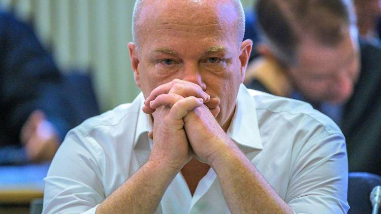 Joachim Wolbergs sitzt im Verhandlungssaal im Landgericht. Foto: Armin Weigel/dpa/Archivbild