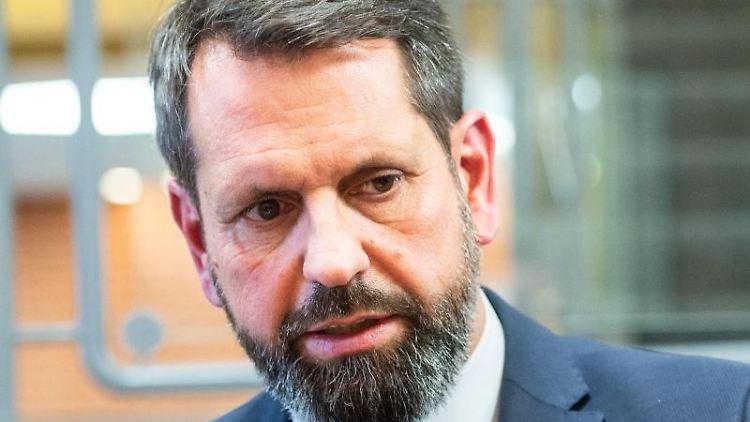Olaf Lies (SPD), Umweltminister von Niedersachsen, beantwortet Fragen bei einem Medientermin. Foto: Lucas Bäuml/dpa