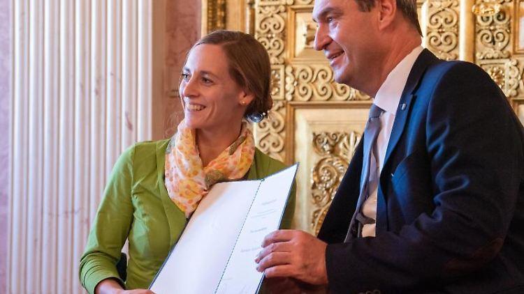 Anna Schaffelhuber bekommt von Markus Söder (CSU) den Bayerischen Verdienstorden verliehen. Foto: Peter Kneffel/dpa